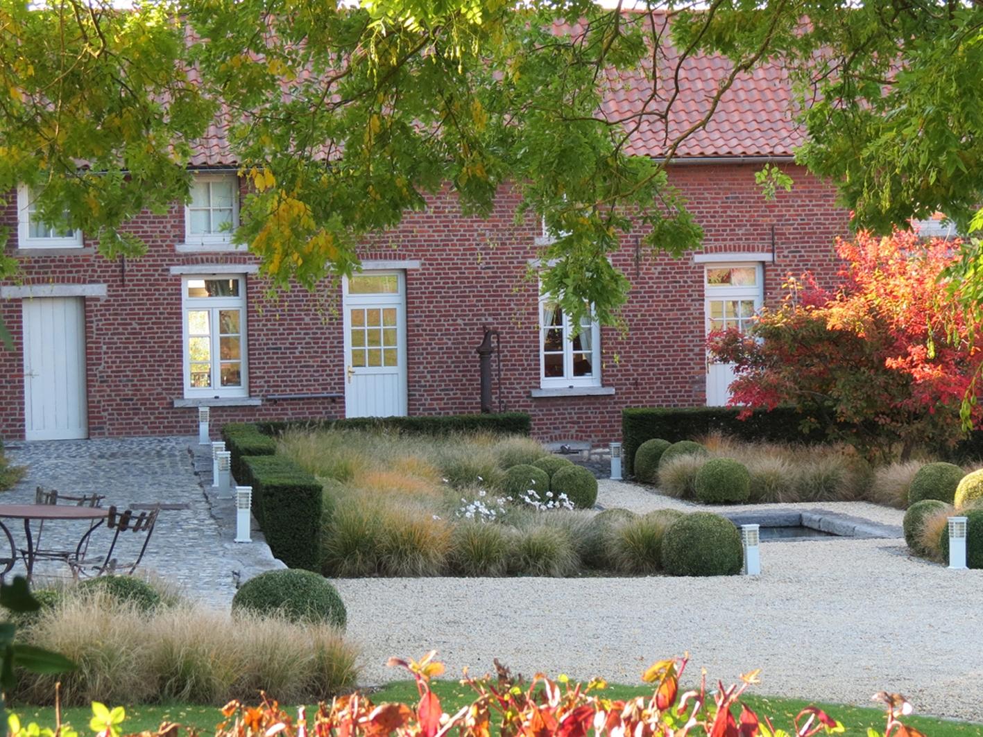 Cour de ferme entièrement réaménagée en « cour jardin »