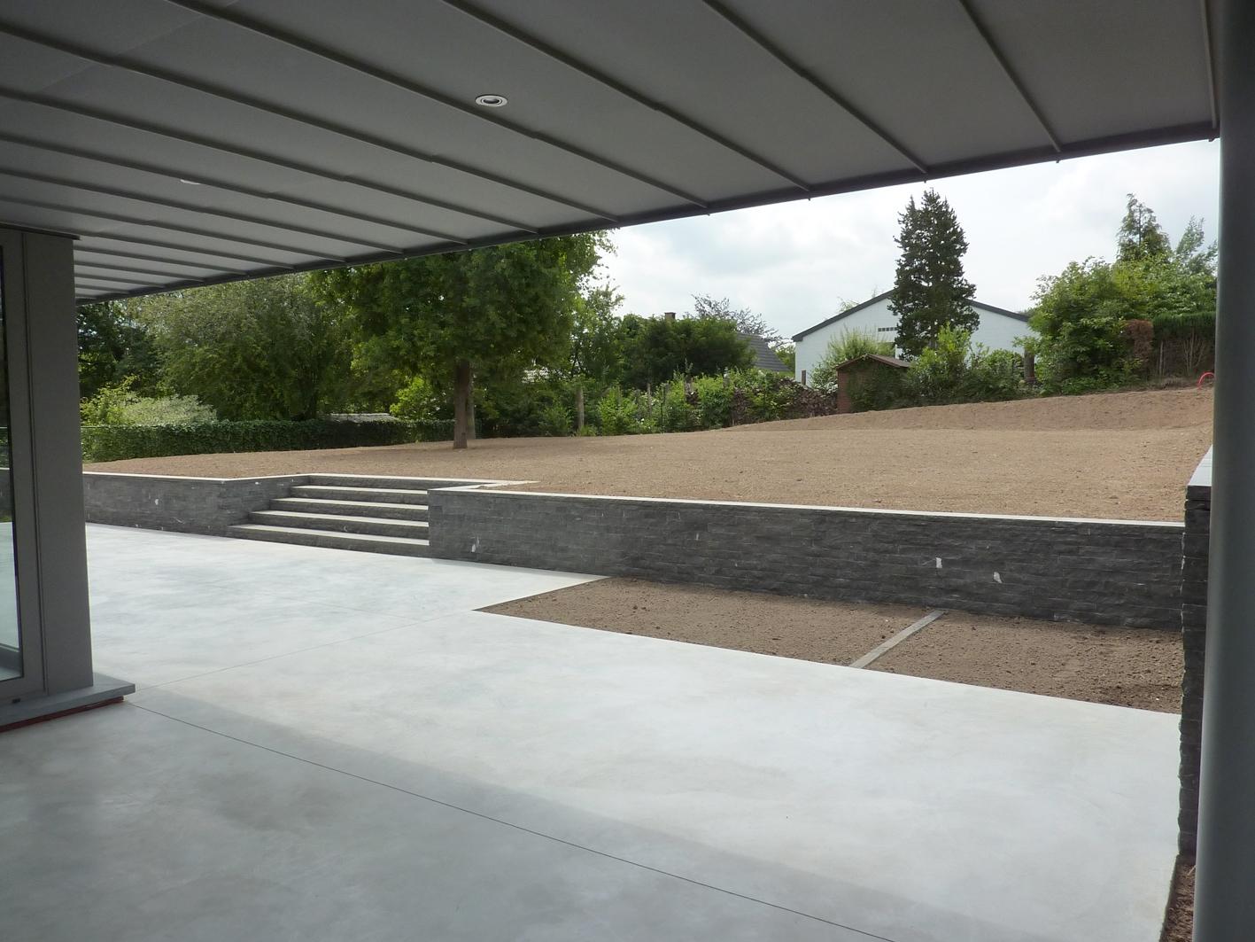 Jardin contemporain épuré à Braine-Le-Château