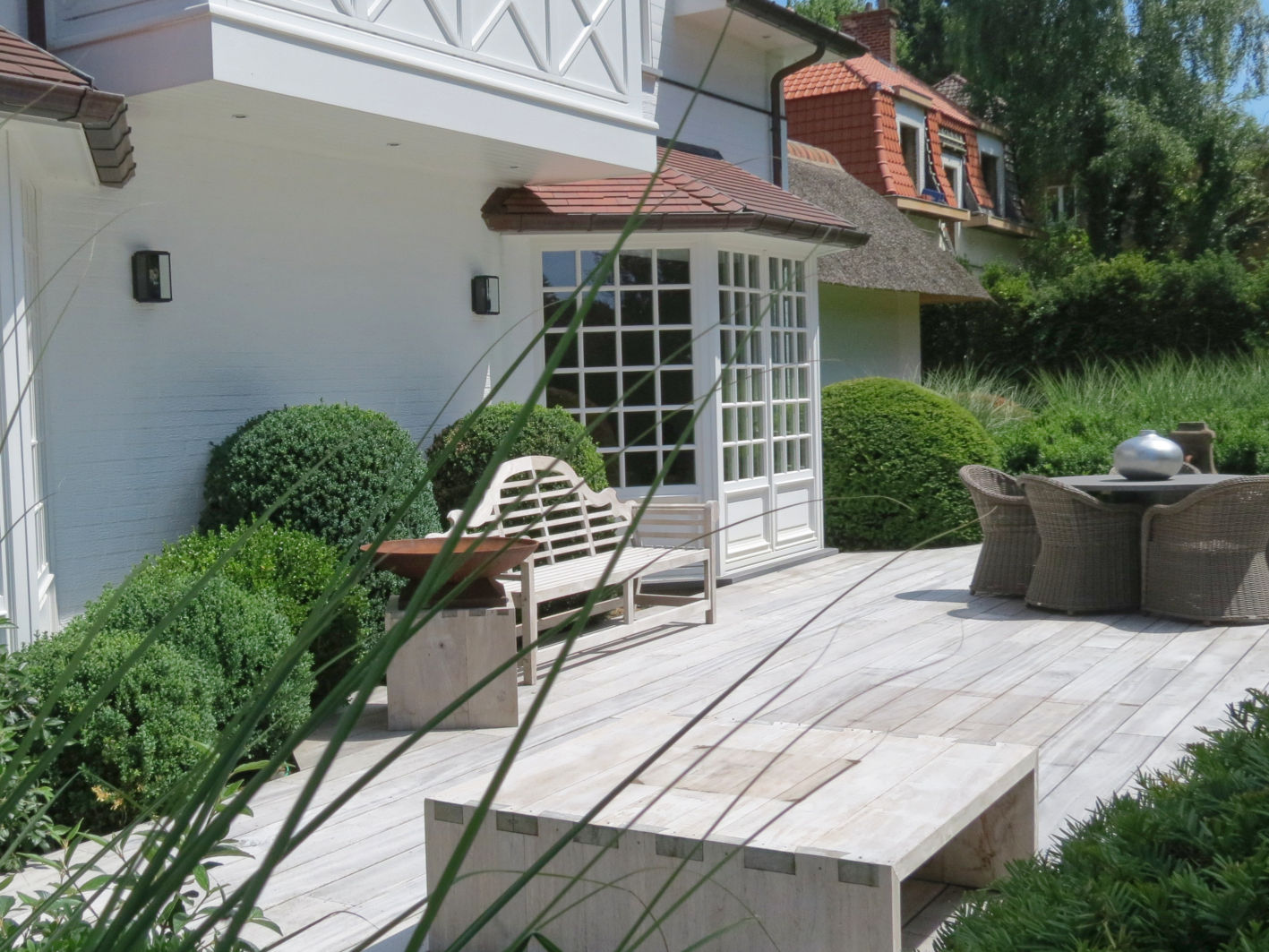 Terrasse en bois coussins végétaux persistants espace détente